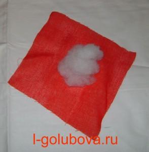 синтепон на красной ткани