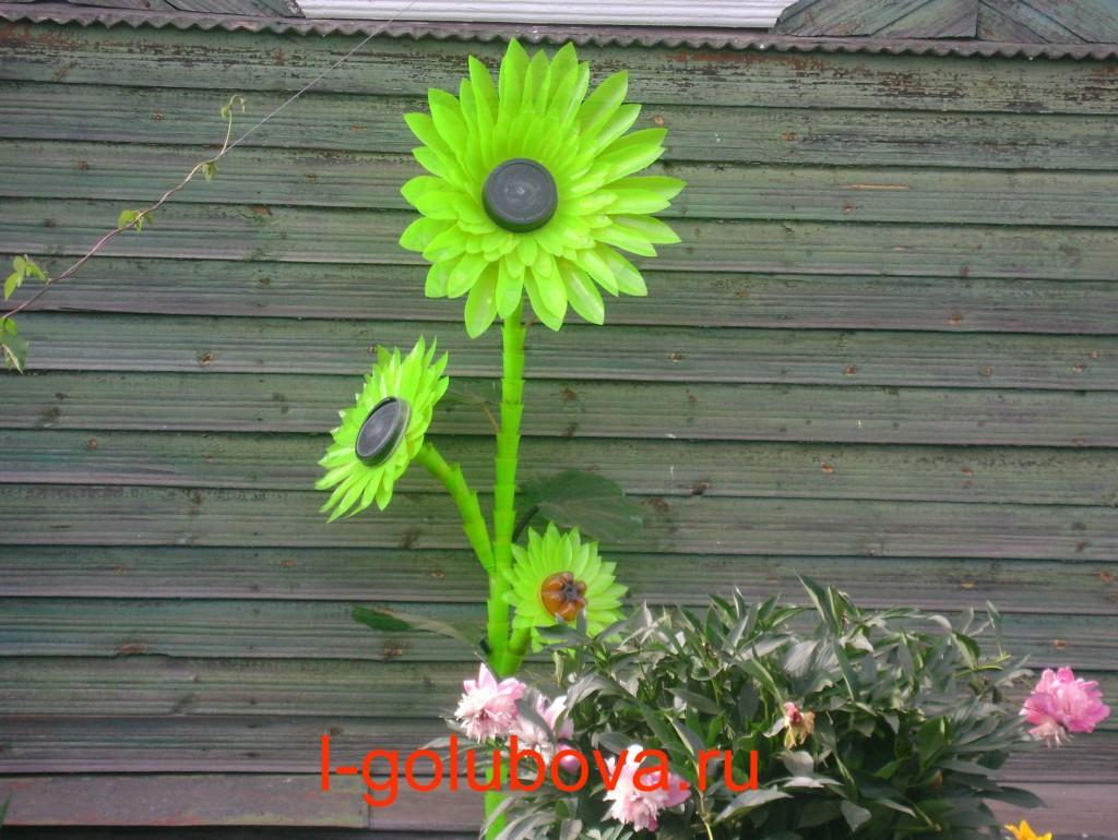 цветок из ярко-зелёных пластиковых бутылок